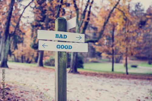 Fotografia  Rustic wooden sign in an autumn park with the words Bad - Good