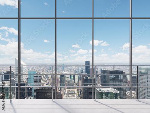 widok-z-nowoczesnego-biura-na-miasto-przez-oszklona-sciane