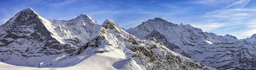 Cztery alpejskie szczyty i ośrodek narciarski w Alpach szwajcarskich