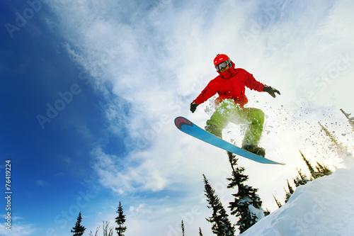 Fotografía  Snowboarder jumping