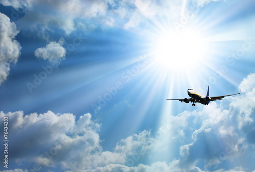 Photo Silhouette of airplane with a beautiful sky