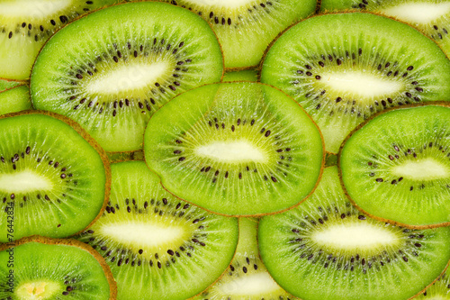 Foto  Sliced kiwi fruits