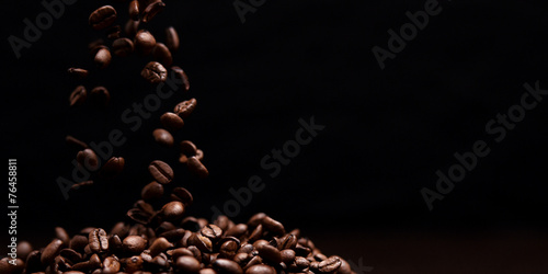 Poster Café en grains High contrast image of coffee beans being dropped onto pile with