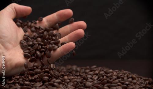 In de dag Kruiderij Hand grabbing coffee beans.
