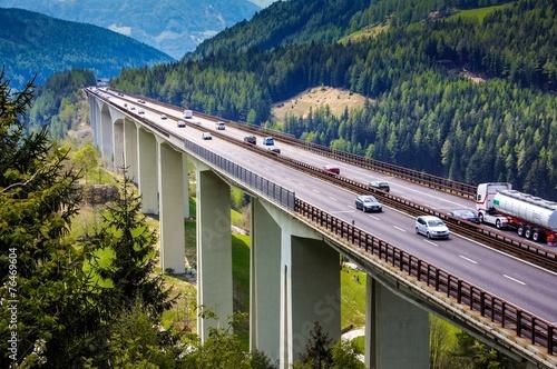 Fotografía  Reiseverkehr auf Brennerautobahn in Südtirol