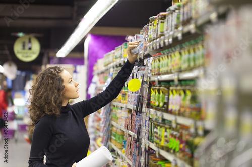 Plakat Kobieta w supermarkecie