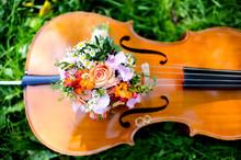 Cello Mit Brautstrauß