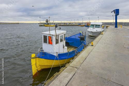 Fotobehang - Łodzie rybackie w małym porcie , Morze Bałtyckie