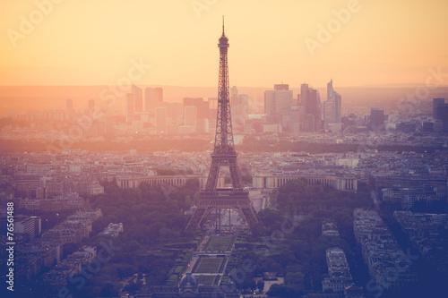 obraz lub plakat Zachód słońca na wieży Eiffla w Paryżu z rocznika filtrem