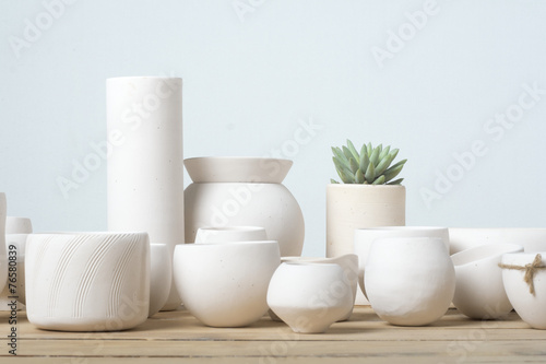 Fotografía  Unglazed white clay pots on wood table