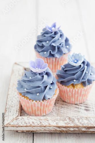 Photo  Three cupcakes