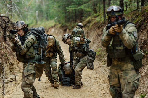 Fotomural  military command evacuates wounded soldier