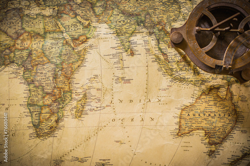 stara-mapa-z-kompasem