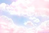 Niebieskie niebo tło z purpurowymi chmurami - 76883689
