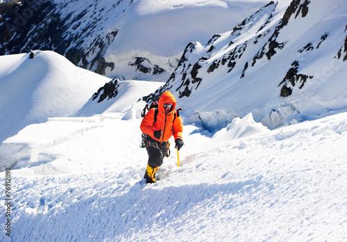 In de dag Alpinisme A lonely climber reaching the summit