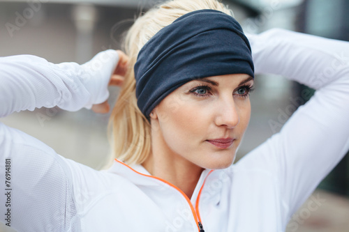 Pinturas sobre lienzo  Sporty fitness woman on outdoor workout looking motivated