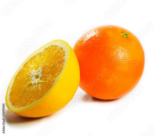 duza-pomarancza-i-jedna-polowka-na-bialym-tle