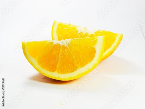 kawalki-pomaranczy-na-bialym-stole