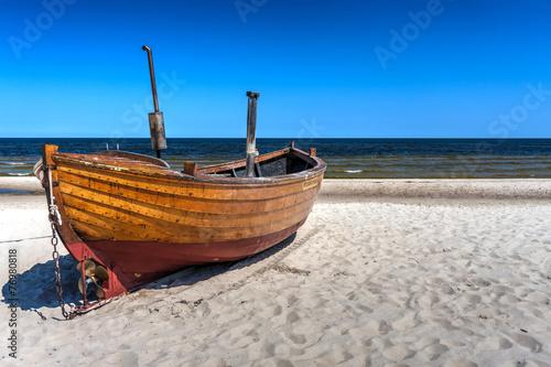 Fototapeta morze Bałtyk stara-lodz-na-wybrzezu-morza-baltyckiego