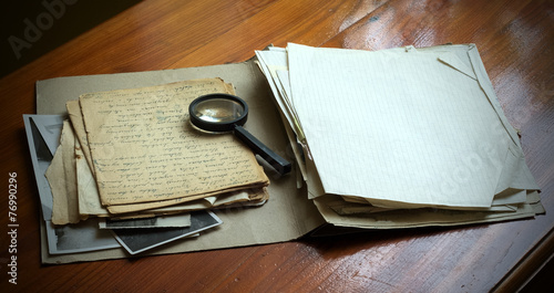 Photo  Vintage documents with magnifying glass