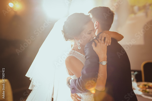 Carta da parati bride and groom dancing in the restaurant
