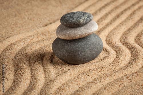japonski-ogrod-z-kamieniami-zen-na-piasku