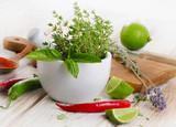 Świeże zioła, papryczki chili i limonki