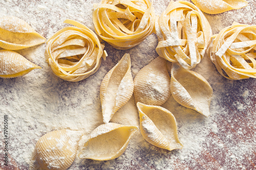 фотография  raw pasta and flour