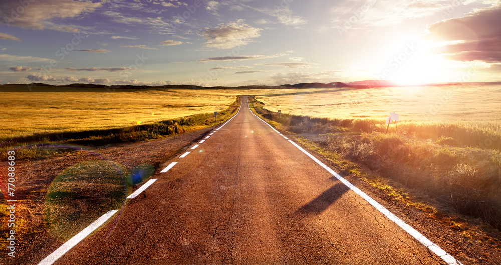 Fototapeta Aventuras y viajes por carretera.Carretera y campos