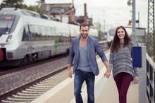 Lächelndes Paar Geht Den Bahn...