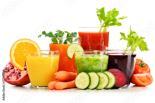 Poster Sap Glasses with fresh organic vegetable and fruit juices on white