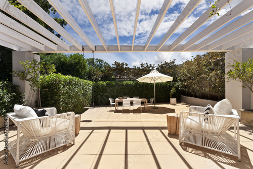 Fotografia backyard cozy patio area with wicker furniture set
