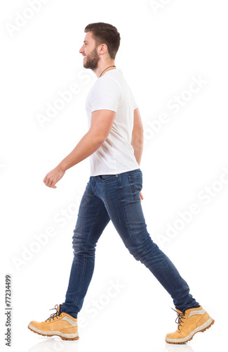 Fotografía  Man walking in jeans and white t-shirt