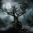 Upiorne drzewo we mgle na tle księżyca