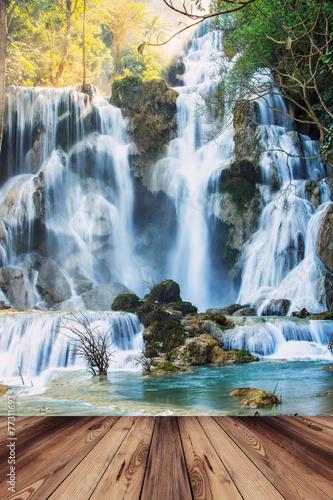 Fototapeta premium Drewniany most Kwang sri wodospad w Luang prabang, Laos.