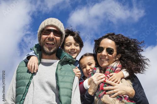 Fotografía  Familia feliz con ropas invernales en contrapicado