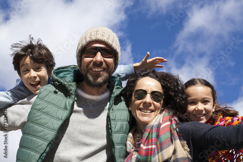Fotografie, Obraz  Familia feliz con cielo azul de fondo