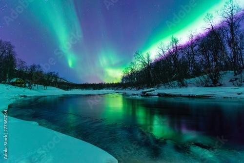 Foto op Plexiglas Noorderlicht Polarlichter mit Spiegelung über einem vereisten Fluss