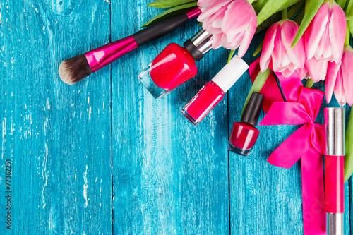 piekni-rozowi-tulipany-na-blekitnym-drewnianym-backg