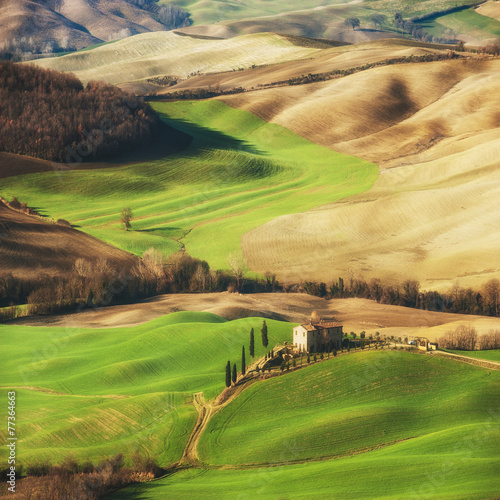 fantastyczna-sceneria-pomalowana-swiatlem-w-toskanii-z-dlugimi-cieniami