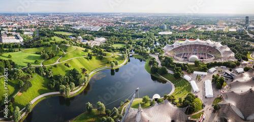 Fototapeta premium Panoramiczny widok na stadion Olympiapark w Monachium, Niemcy