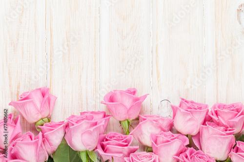 walentynka-dnia-tlo-z-rozowymi-rozami-nad-drewnianym-stolem