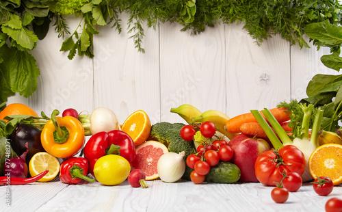 owoc-i-warzywo-graniczy-na-bialym-drewnianym-starym-stole