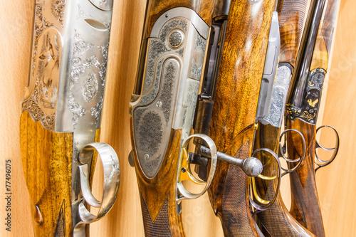 Fotografia close up of a row of guns displayed in gun shop