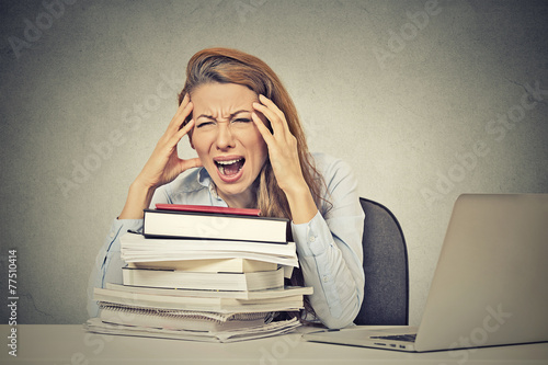 Photo  stressed screaming woman sitting at desk with books computer