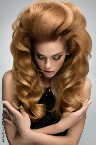 Foto  Hair volume.  Portrait of beautiful Blonde with Long Wavy Hair.
