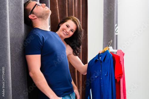 Fotografie, Obraz  Paar probiert Kleidung in Umkleidekabine