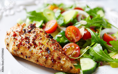 Fotografía  Grilled chicken fillet with colorful salad