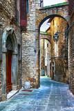 piękne stare uliczki włoskich średniowiecznych miast, Tody - 77570256