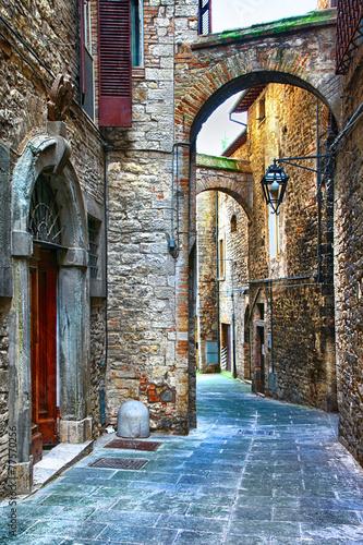 Obraz premium piękne stare uliczki włoskich średniowiecznych miast, Tody